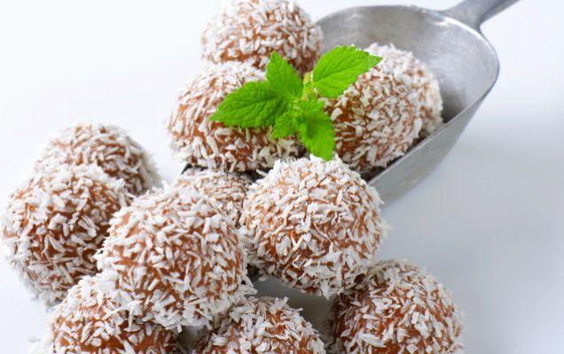 Τρουφάκια με σοκολάτα γάλακτος και καρύδα