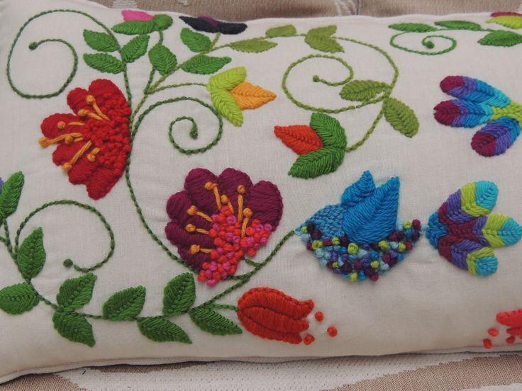 Detalle bordado con lanas por Silvia Campagña consultas: silvia.bordadomexicano@gmail.com