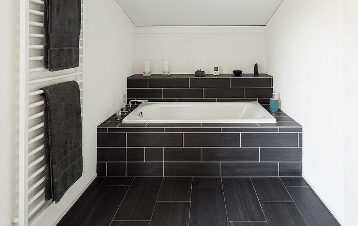 Zabudowana wanna w łazience z ciemnymi płytkami. #design #urządzanie #urząrzaniewnętrz #urządzaniewnętrza #inspiracja #inspiracje #dekoracja #dekoracje #dom #mieszkanie #pokój #aranżacje #aranżacja #aranżacjewnętrz #aranżacjawnętrz #aranżowanie #aranżowaniewnętrz #ozdoby #łazienka #łazienki #wanna