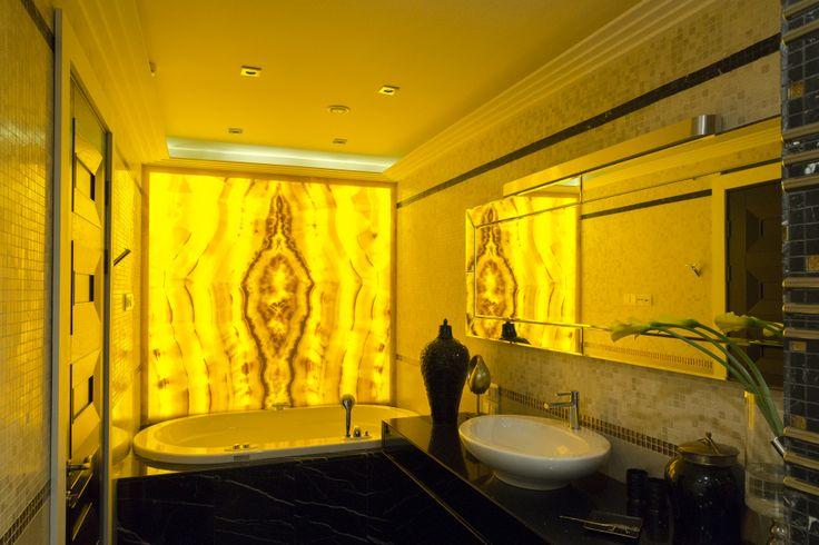 Дизайн ванной комнаты - всегда нестандартная задача. Мы создаем это помещение не только удобным, но еще и интересным по дизайну. Для этого мы используем, самые новые материалы и технологии. Покраску и декоративную штукатурку, различные сочетания мозаики и плитки, натуральный камень. А в одной из своих последних работ нам удалось создать оригинальный световой короб из оникса. Большое внимание в дизайне ванных комнат мы уделяем практичности: гидроизоляции, влагостойкости материалов.