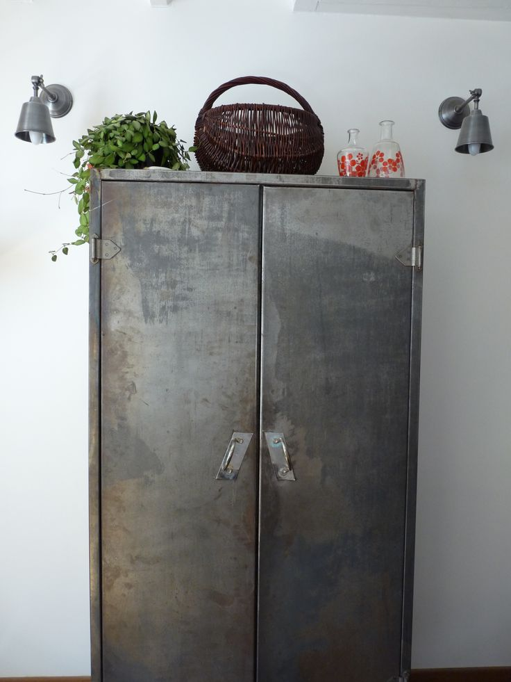 25 beste idee n over armoire m tallique op pinterest patina metalen dress - Armoire metallique vestiaire ...