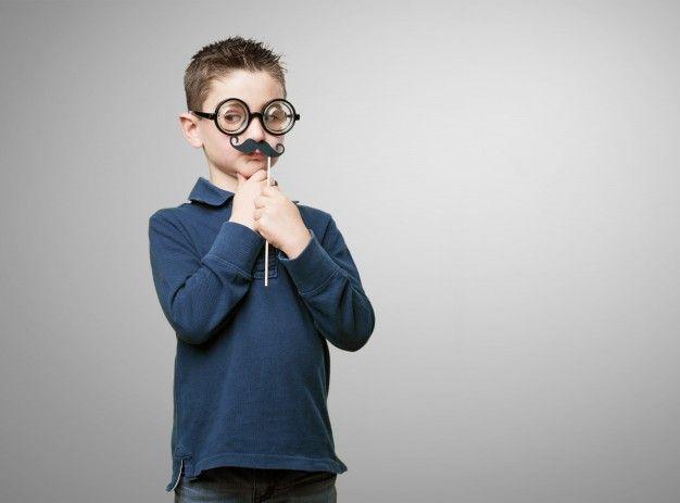 Chico con gafas y un bigote falso Foto Gratis