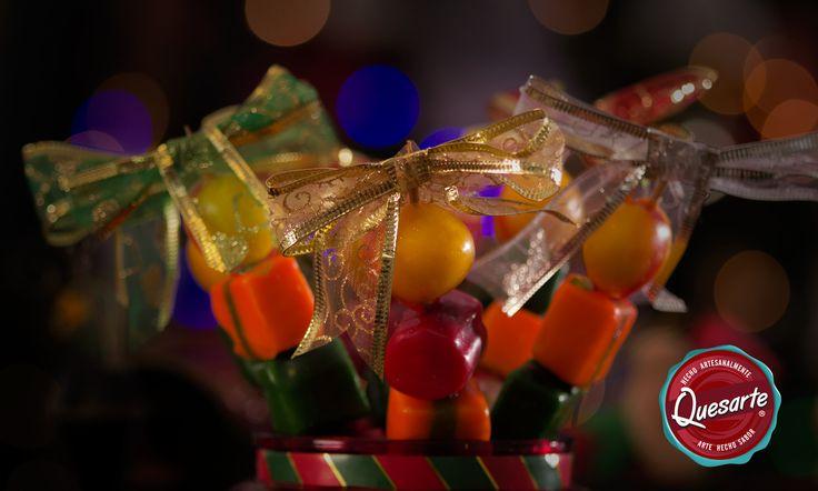 Los pinchos Quesarte son muy fáciles de hacer y darán un toque de color y originalidad a tu mesa en las novenas y Navidad. Aprende esta y más ideas en www.ideasquesarte.com