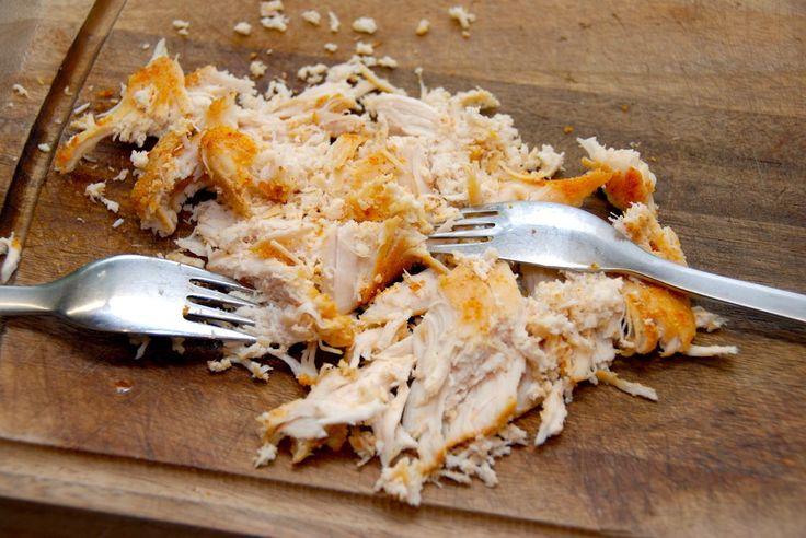 Sådan laver du nemt pulled chicken. Opskrift med en god marinade, hvorefter kyllingen steges i tre timer ved lav varme i ovnen. Til pulled chicken i ovn til fire pesoner skal du bruge: 4 store styk…