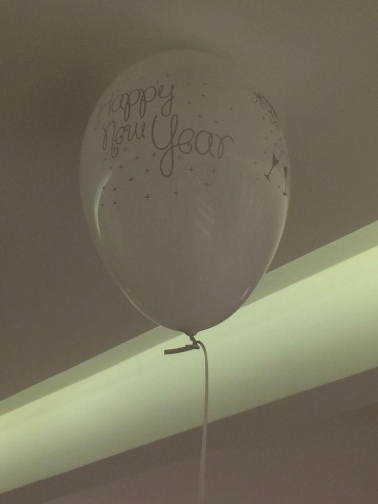 Balões colados no teto com fita gomada