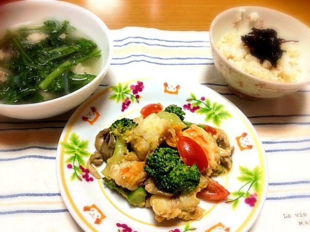 青森から大ぶりの海老が届いたので、冷蔵庫にあったお野菜と合わせてマヨ炒めにしました。スープは豚バラ肉しゃぶしゃぶ用のものを丸めてお団子にして頂きました。適度なコクが春菊とあって美味しかったです。 - 9件のもぐもぐ - 海老とブロッコリーのマヨ炒め、春菊と豚バラ団子の中華スープ、ご飯 by marikomushi