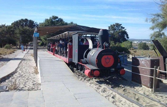 Een treintje brengt je in acht minuten naar de duinen en het strand van Barril - Praia do Barril #Algarve #Portugal