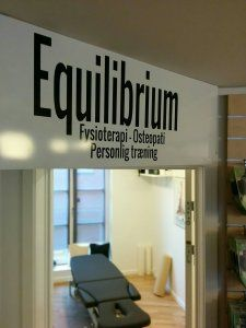 """Klinikfaciliteter i Hillerød    Equilibrium tilbyder en helhedsorienteret behandling af smerter og skader i kroppen med udspring i den fysioterapeutiske og osteopatiske tankegang.   """"Equilibrium= At alle kroppens strukturer arbejder sammen i harmoni og er i balance hver især og indbyrdes"""""""