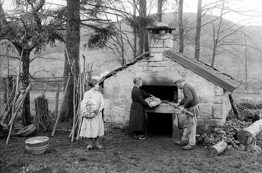 Avant que les boulangeries ne se généralisent, le four à pain trouvait sa place dans de nombreuses fermes. Le Val-d'Ajol, Vosges. 1934.
