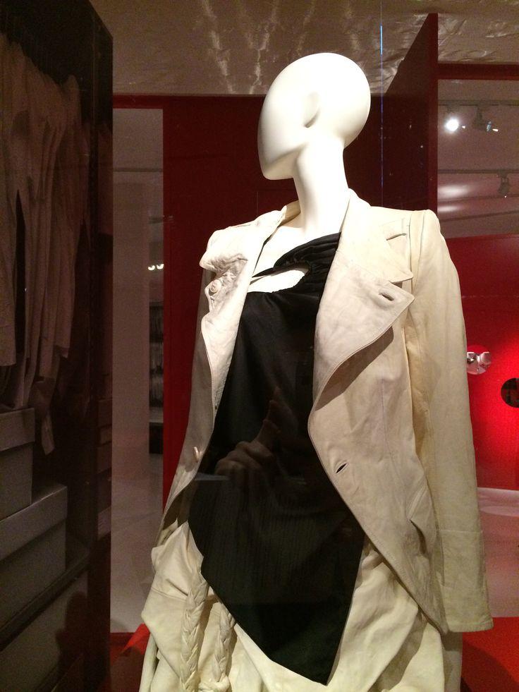 ModeMuseum Antwerpen - MOMU NU. Hedendaagse Mode uit de MoMu collectie 25.09.2014 > 04.01.2015 Ann Demeulemeester