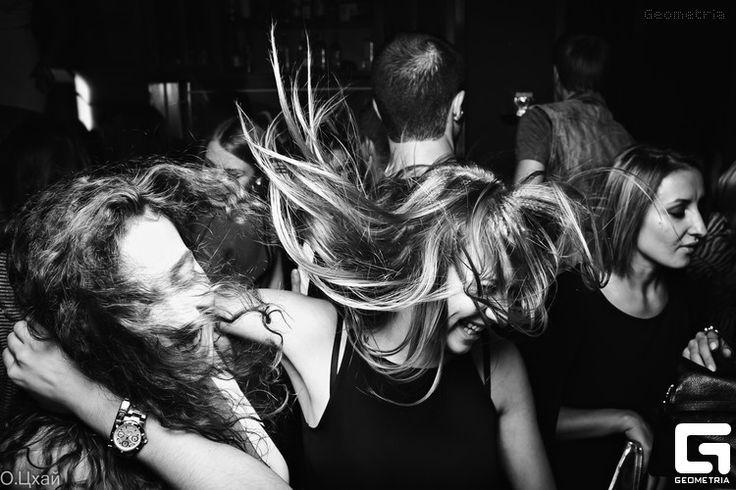 Зажигательные танцы гостей - обязательный кадр с банкета. Съемка на широком угле, близко находимся от объекта съемки, конечно же желательны вспышки для интересной игры светотени.