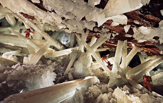 Το σπήλαιο με τους γιγαντιαίους κρυστάλλους, που κανείς επισκέπτης δεν αντέχει πάνω από δέκα λεπτά. ~ diadrastiko
