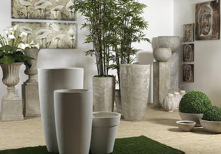 Vasi resina/cemento, quadri, piante e fiori artificiali.