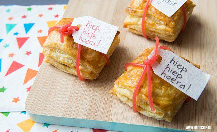 Met bladerdeeg en appel maak je cadeautjes van deze appelflap traktatie. Leuk om samen met je kind te maken! Je leest hier hoe je ze maakt.