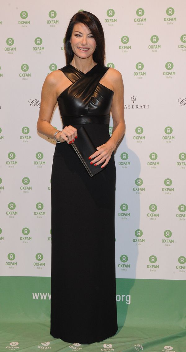 Per la serata benefica Oxfam, @ilaria_damico ha scelto un meraviglioso abito da sera lungo con tanto di intreccio in pelle nera di @gucci.http://www.sfilate.it/237740/corpetto-in-pelle-incrocio-sullo-scollo-gucci-per-ilaria-damico