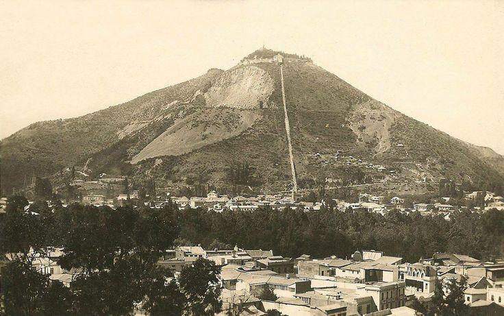 Cerro San Cristobal 1928. Se pueden ver claramente las antiguas canteras