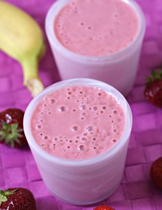Desayuno completo Si quieres que tu zumo sea un desayuno completo, conviértelo en un batido añadiendo leche desnatada o de avena, súper digestiva y antioxidante. Añade plátano, fresas, una cucharada de miel, una cucharadita de salvado de avena y nueces, y tendrás una bebida natural energética y saludable. Y si no quieres añadir más azúcar que la fructosa de la fruta, endulza con Estevia, un edulcorante natural respetuoso con tu salud.