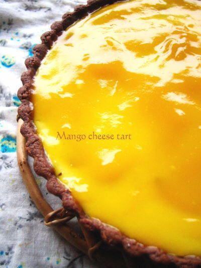 マンゴーチーズタルト 暑い日にはトロピカルな冷たいスイーツが食べたい!と思って作ってみたらこれが美味しい♪チーズ生地は焼いてますが、食感はレアチーズのように滑らかで美味しいですよ♪ SOL* 材料 (20cmタルト型) クリームチーズ 100g 生クリーム 80cc 牛乳 50cc グラニュ-糖 40g コーンスターチ 15g レモン汁 大さじ1(好みでもう少し入れても) バニラエッセンス 3滴くらい マンゴー フレッシュでも缶詰でも!カットしたもの適宜 ■ *マンゴーソース マンゴージュース 100%のものを150cc グラニュー糖 10~20g(甘さを見て加減してください) コーンスターチ 小さじ1と1/2(なければ片栗粉で代用) マンゴージュース(コーンスターチ用) 大さじ1と1/2 *タルト生地 レシピID:397685を参考に・・(もしくは市販のタルト生地) 作り方 1 <下準備> クリームチーズは室温に戻すか、レンジで20秒くらいかけておく。 2…