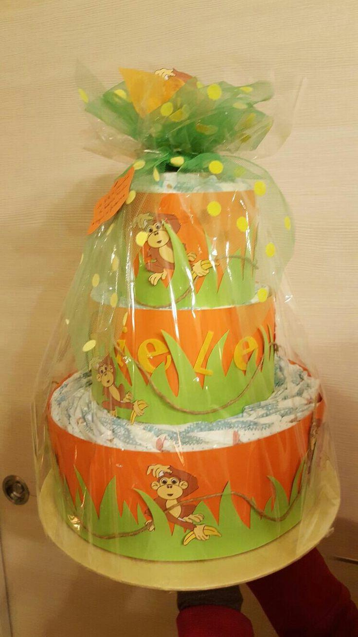 Torta di pannolini con decorazioni in pannolenci e carta giungla