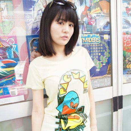 パックマン Arcade Comic`s 女性用チュニックTシャツ  *女性用チュニックTシャツ *サイズ: M 着丈74x身幅42x袖丈15cm L 着丈77x身幅45x袖丈16cm  『パックマン』は、1980年にナムコ(現バンダイナムコエンターテインメント)より発売された名作アクションゲーム。  当時、海外で発売されたアーケード筐体に使用されたイラストをフィーチャーしたTシャツです。現在一般的に知られてるパックマンと一味違うアメコミ風のパックマン、夏にぴったりの1作となります。