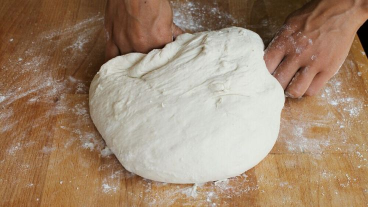 Impasto base per una pasta pizza più soffice di quella della pizzeria. All'interno dell'articolo anche le istruzioni per cuocere in fornetto pizza o forno.