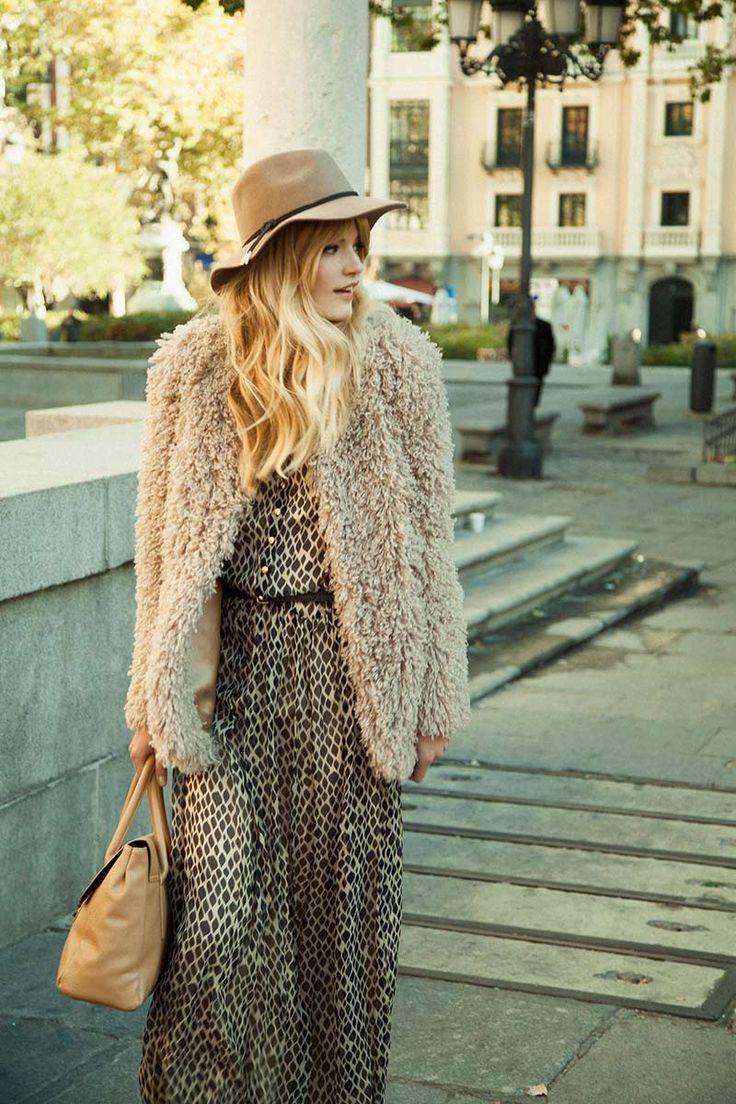 ¿NADA QUE PONERTE? Un vestido largo de marcada influencia 70´s, un abrigo con textura y el complemento clave del look: un sombrero retro. Anita Pallenberg reloaded!