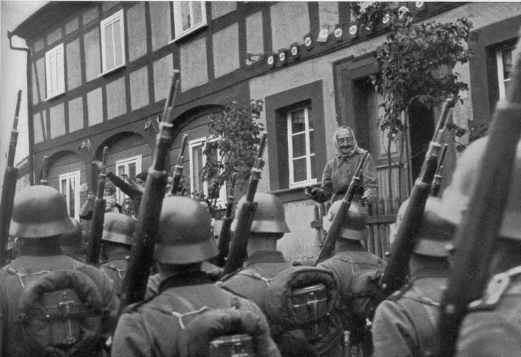 Die ersten Truppen erreichen die Grenze des Sudetenlandes. Tiefe Freude und Dankbarkeit des befreiten deutschen Volkes schlägt ihnen in Stadt und Land entgegen.