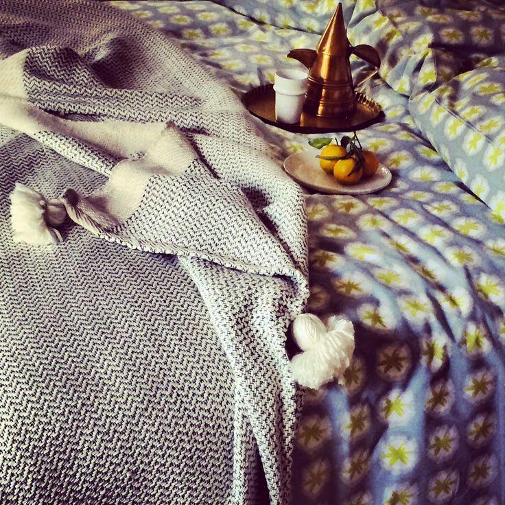 Dar Kawa  Couverture en tricot avec pompons pour garniture