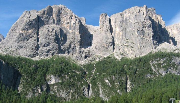 Die Sellagruppe, ein charakteristischer Bergstock der Dolomiten, liegt östlich des Langkofels und nördlich der höchsten Erhebung der Dolomiten - die Marmolata.