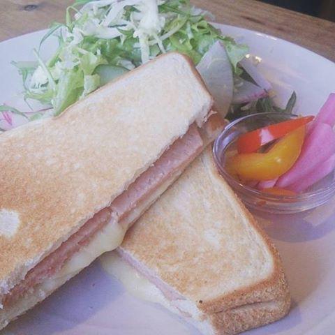 【mahimahi0814】さんのInstagramをピンしています。 《カフェスプラウトのホットサンド、中身はスパムとチーズ入ってます!スパムの塩気ととろーりチーズがうまい!  #カフェ #sprout #ランチ #津久井浜ランチ #三浦海岸ランチ #ホットサンド #海 #海の見えるカフェ》
