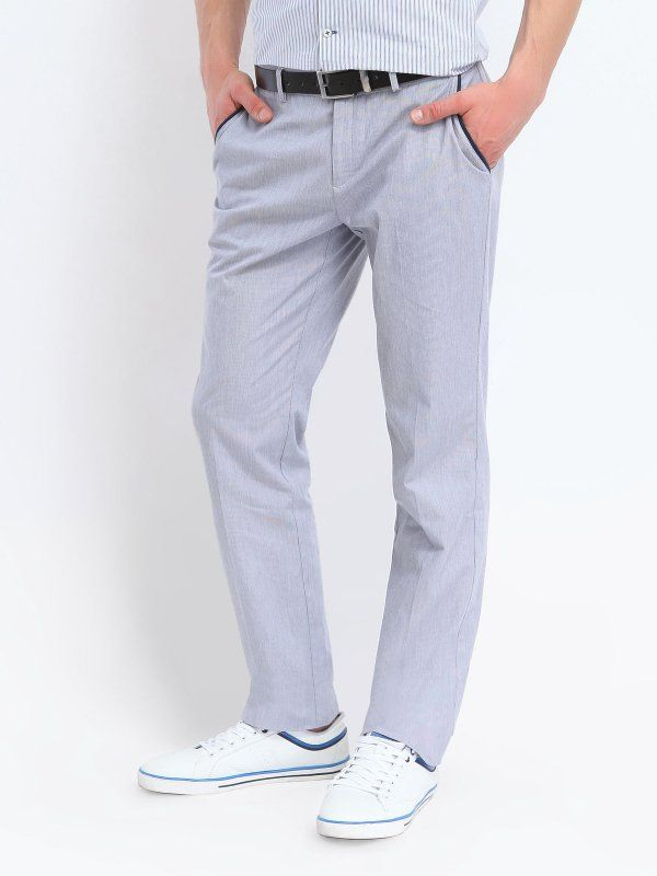Spodnie męskie Top Secret z kolekcji wiosna/lato 2014. Cienkie spodnie męskie w bardzo gęste, pionowe pasy. Z kieszeniami. Zapinane na guzik, oraz delikatny zamek błyskawiczny.