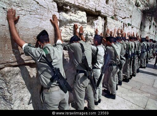 Israeli soldiers praying