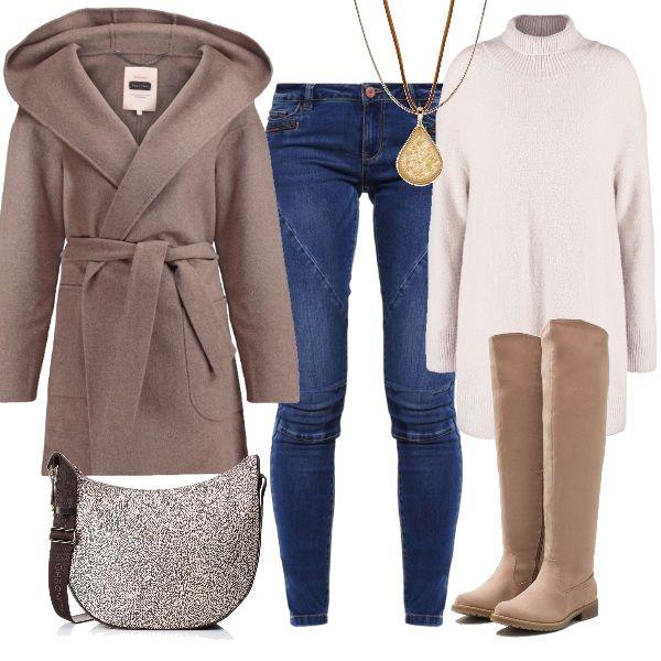 Outfit dalle linee basic ma d'effetto: jeans skinny e maxipull, stivali alti in tessuto, cappotto avvolgente con cappuccio e pratica borsa a tracolla. La collana rappresenta l'ultimo dettaglio di luce in un look già di per sé luminoso per le sue tonalità chiare.