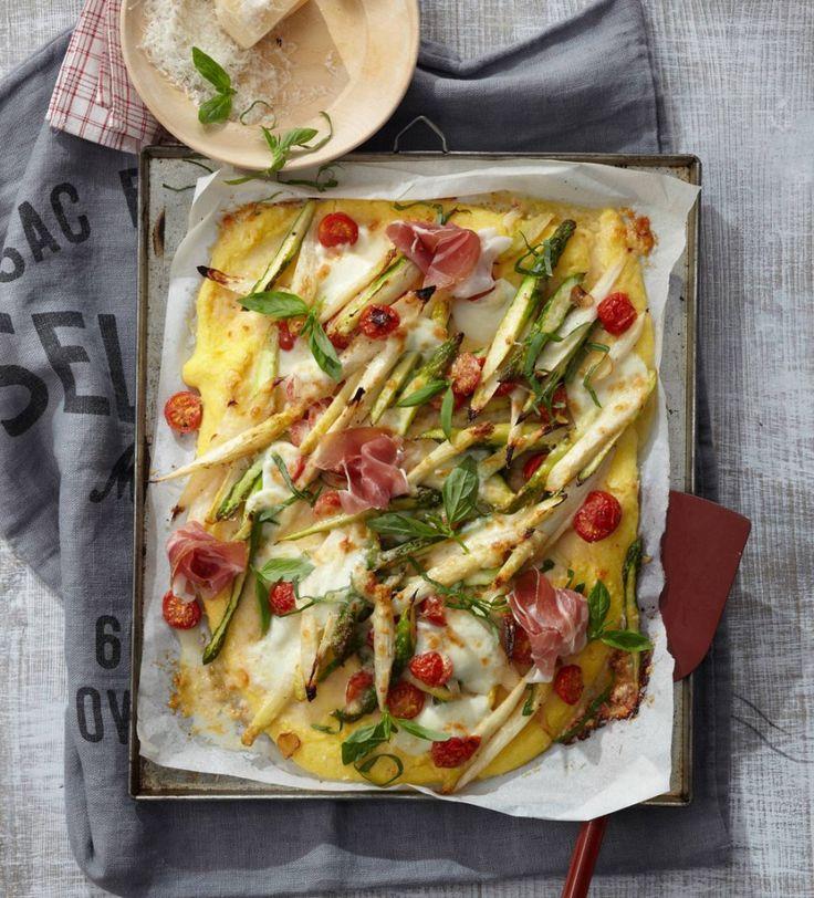 Polenta vom Blech: Ein feines, mediterranes Essen fürs ganze Jahr – wenn man immer zweierlei Spargel tiefgefroren bereithält. Die Polenta-Pizza ist eine elegante Abwechslung auch für Gäste.