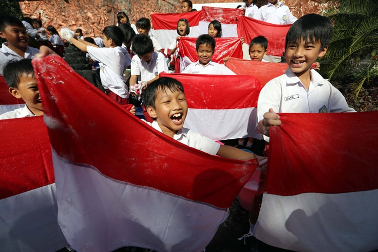 Students in Solo, Central Java, washing Indonesian flags on August 8, 2012 in preparation for Independence Day. The activity was part of a lesson about nationalism. (JG Photo/Ali Lutfi).