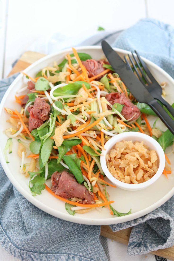 Wortel taugé salade met rosbief. De dressing is goddelijk lekker met sesamolie, sojasaus, gember, knoflook en sesamzaad. Hier wordt het vlees ook mee ingesmeerd. #salad