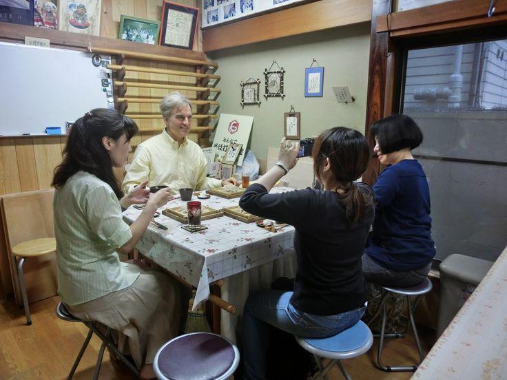 日本人ならみんな大好きなおそば。体にいい成分がたっぷり、しかもあっさりからこってりまでいろんな調理法が楽しめるおそばを、この秋は自分で打ってみませんか?外国のお友達といっしょに体験するのも楽しそうですね★日本そば打ち名人会湯島工房 パワースポット・湯島天神近くのそば打ち教室です。新鮮かつ安全な蕎麦の実を挽いたそば粉を使い、そば粉をこねる所から切るところまでの流れを体験できます。1回の体験コースから全40回の上級者向けコースまで、レベルに合わせてコースを選べます。必要なものはすべて教室側で準備してもらえるので、身一つで行きましょう☆ ■基本情報 ・名称:日本そば打ち名人会湯島工房...