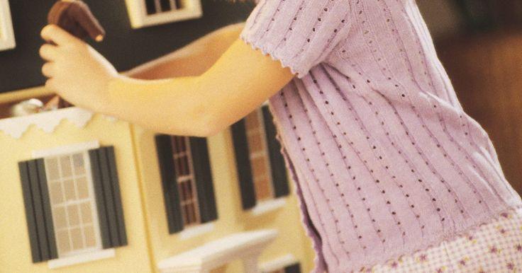 Como fazer móveis para casa de boneca com papelão. Papelão é um material divertido e fácil de encontrar que pode ser usado para a fabricação de móveis de casas de bonecas. Pequenas caixas, como as de sacos de chá, sabão e porções de cereais, funcionam muito bem. Por exemplo, uma caixa de chá em pé pode fazer uma grande geladeira ou armário para a casa de bonecas. Para bonecas maiores, como ...