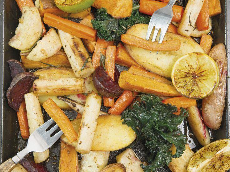 Rozgrzewająca zimowa sałatka z pieczonych warzyw korzeniowych