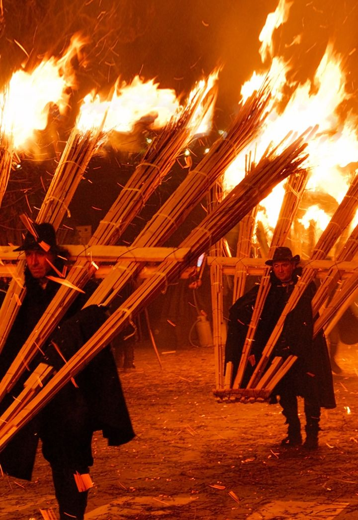 Big and heavy torches are carried by a number of bearers, men of the town dressed in traditional clothes, creating a spectacular and suggestive river of fire! #natale #christmas #italy #ndocciata #agnone #molise #destinazionemolise