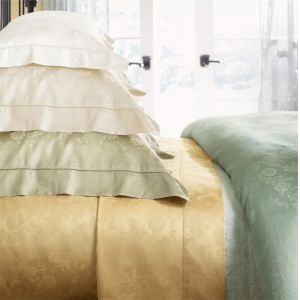 The floral jacquard pattern of our Darcy bedding recalls a gracious walloper from the grand cottages of The Gilded Age. A sumptuous 560-thread count woven jacquard sateen.