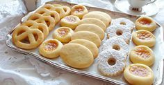 Gli ovis mollis sono dei biscotti buonissimi realizzati con i tuorli delle uova sode. Utilizzatene la pasta frolla anche per altre preparazioni golose.
