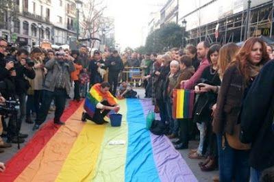 Cientos de personas salen a la calle para condenar las últimas agresiones homófobas en Madrid. Una manifestación por las calles de Madrid ha reunido a cientos de personas para condenar las últimas  agresiones homófobas que se han dado en la capital.  EFE | La Sexta, 2016-01-23 http://www.lasexta.com/noticias/sociedad/cientos-personas-salen-calle-condenar-ultimas-agresiones-homofobas-madrid_2016012300143.html