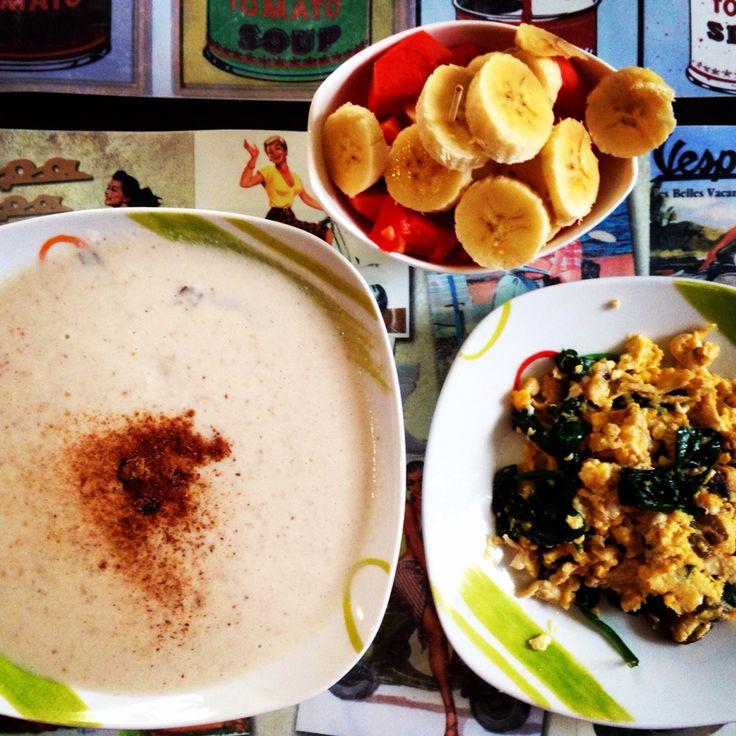 Desayuno nutritivo, colada de avena en hojuelas en leche de almendras con nueces y canela, huevos revueltos con champiñones y espinacas, porción de fruta.