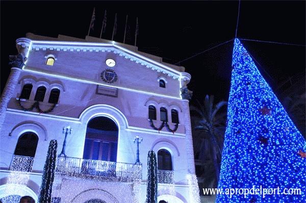 A PROP DEL PORT  L'arbre de nadal de Badalona canvia de color (es veu al bloc, no al pin a Pinterest)
