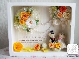 ウェルカムボードやご結婚祝いにぴったりの、名入れもできるプリザーブドフラワーのフレームアレンジメント。 お花の色も選べるから、結婚式のイメージカラーに合わせて。