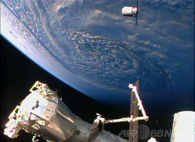 地球を背に、国際宇宙ステーション(International Space Station、ISS)に到着した米宇宙企業オービタル・サイエンシズ(Orbital Sciences)の無人補給機「シグナス(Cygnus)」(2014年1月12日撮影)。(c)AFP/NASA TV ▼4Feb2014AFP 国際宇宙ステーションの研究に「限界」はない、ISS科学者が語る http://www.afpbb.com/articles/-/3007746 #Cygnus #International_Space_Station #ISS