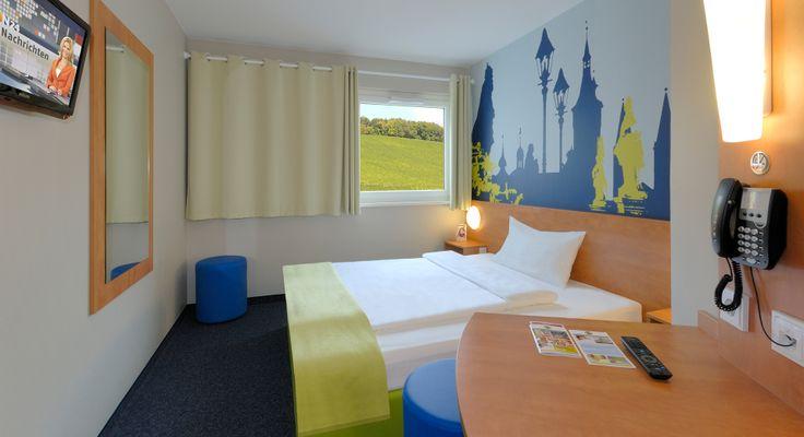 Zimmer mit französischem Bett im B&B Hotel Würzburg