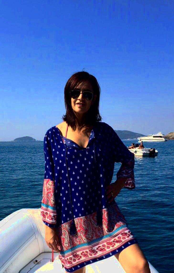 Cari amici di Clubielle, L'elegantissima avvocatessa Lisa Vascellari indossa Clubielle anche nel suo tempo libero in barca. Ha scelto la camicia con nappe della collezione Hippie Chic come copriscostume. Visitate il sito www.clubielle.com per essere sempre aggiornati sulle ultime novità.