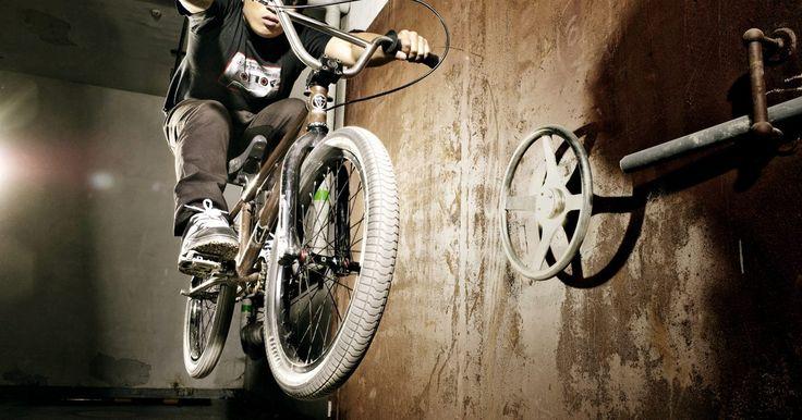Cómo quitar una rueda libre sin una herramienta adecuada. La rueda libre es un componente de la bicicleta que se atornilla a las roscas externas del eje trasero. Las bicicletas MTB y BMX están equipadas con una rueda libre, permitiendo que la trasera se mueva independientemente de los pedales. Para quitar la rueda libre del eje trasero, la mayoría de los ciclistas utilizan una herramienta especializada ...